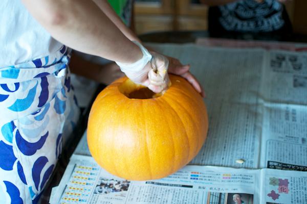 ハロウィンかぼちゃの作り方([3]種を取り出す)